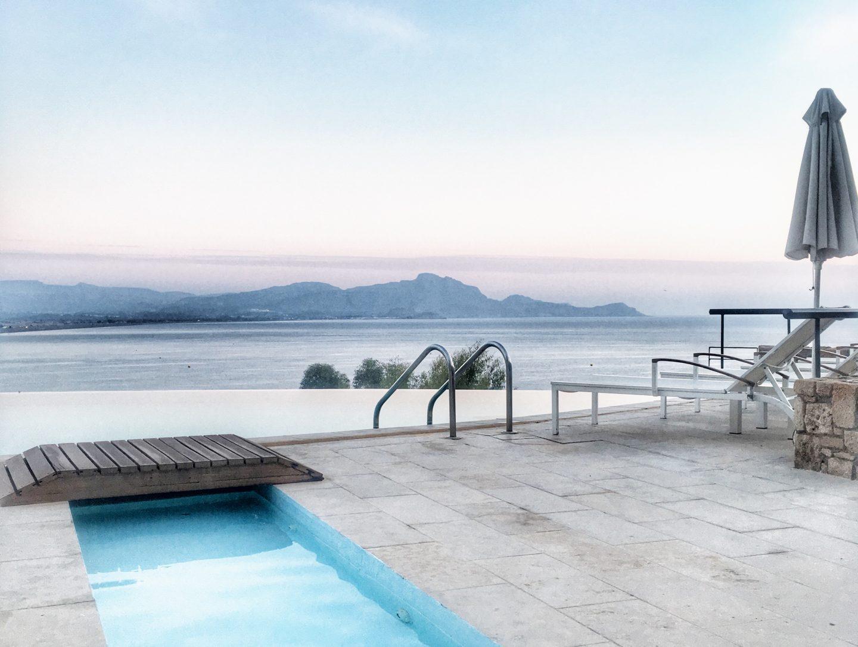 lindos-blu-luxury-hotel-rhodos-ausblick-ägäis2-travel-blog-missahoi