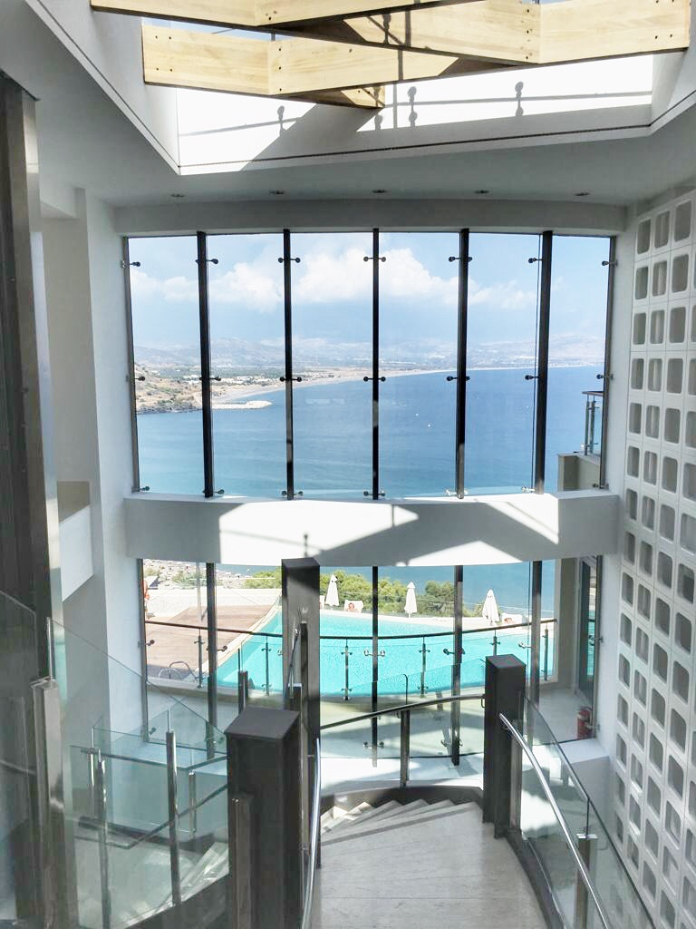 lindos-blu-luxury-hotel-rhodos-eingangsbereich-travel-blog-missahoi