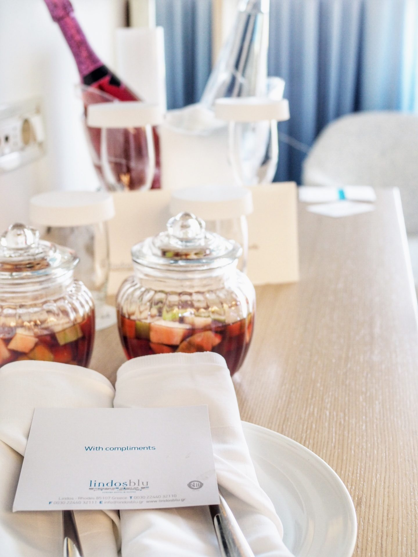 lindos-blu-luxury-hotel-rhodos-empfangsgetränk-travel-blog-missahoi