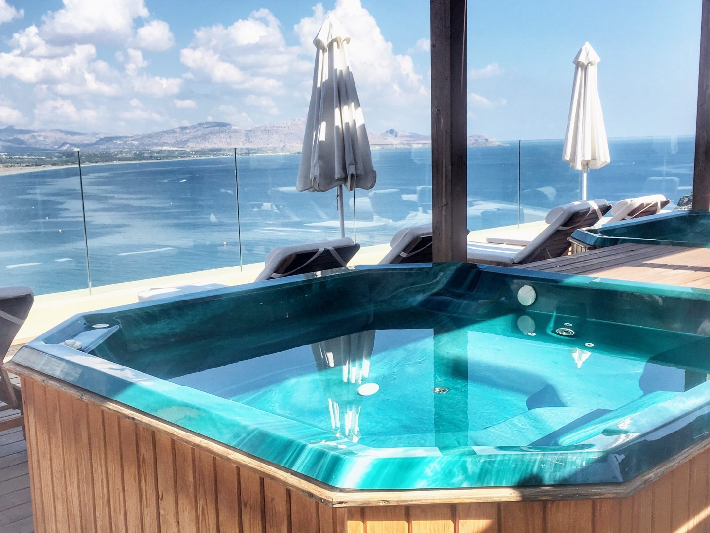 lindos-blu-luxury-hotel-rhodos-jacuzzi-travel-blog-missahoi